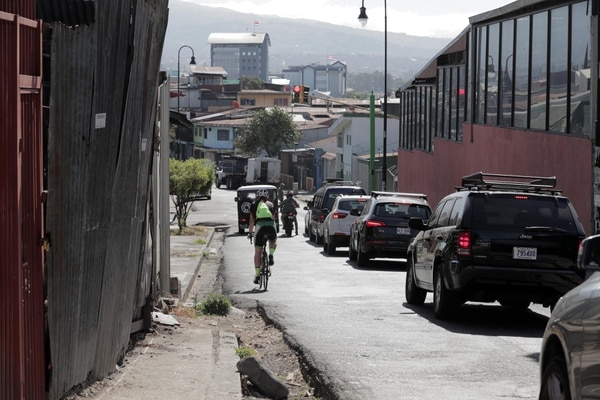 Ciclista Osvaldo Calderón sobre la diagonal 14 que unirá con avenida del mismo número.
