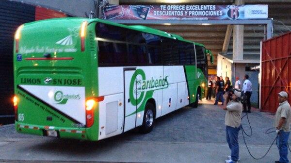 Llegada del autobus del Deportivo Saprissa en el Alejandro Morera Soto