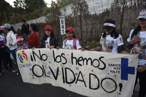 Niñas y adolescentes participaron en una marcha para recordar y exigir justicia en vísperas del primer aniversario de un incendio en un albergue para niños en San José Pinula, cerca de la capital.