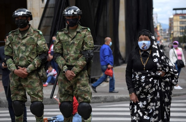 Una devota católica asiste a una celebración de Semana Santa el Viernes Santo, en la plaza Bolívar de Bogotá, el 2 de abril del 2021. Foto: AFP
