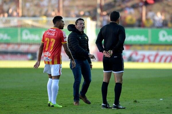 Jafet Soto, expulsado por el árbitro Pedro Navarro, apenas a los diez minutos del juego final en el estadio Saprissa. Fotos de Diana Méndez