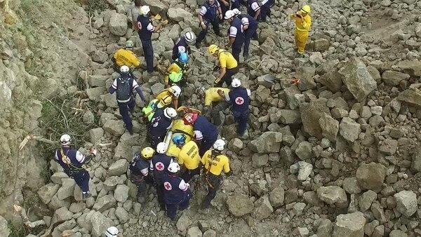 Decenas de socorristas participaron en el rescate que se logró a eso de las 12:10 p. m. cuando de inmediato lo trasladaron al Hospital México.