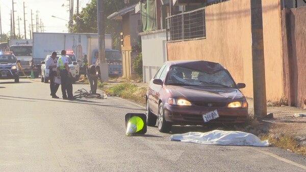 El parabridas y parte del techo del Toyota Corolla quedaron destrozados por el impacto. Frente al carro quedó el ciclista fallecido.