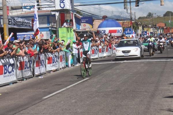 Nieves Carrasco celebra el triunfo en la octava etapa de la Vuelta a Costa Rica.
