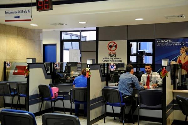 El BCR comercializará el seguro para obtener el permiso temporal de conducir, cuyo costo será ¢15.224. Foto: Mayela López.