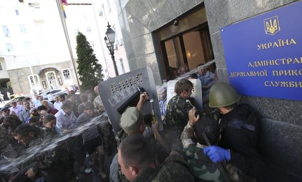 Activistas del Maidán ucraniano, como se conoce el movimiento de protesta que derrocó a Víktor Yanukóvich, trataron de ingresar ayer en la sede del Servicio de Fronteras ucraniano en Kiev, Ucrania. | EFE