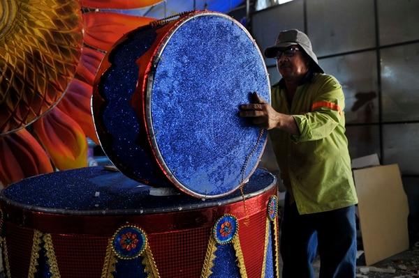 Los tambores no podían faltar en una carroza llena de música y color. José Ovares cargó uno de los timbales. | JORGE NAVARRO