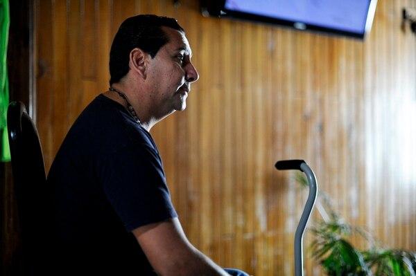 Alejandro Orozco, de 40 años, no puede trabajar y utiliza un bastón para movilizarse. Se desempeñó como árbitro asistente, en Primera División y en la Liga de Ascenso. | LUIS NAVARRO