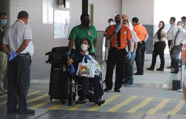 Los vuelos de repatriación que han llegado al aeropuerto Juan Santamaría durante la pandemia han servido para poner a prueba algunas de las medidas contempladas en el plan. Foto: Jorge Navarro