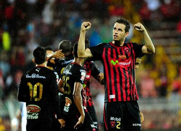 Elías Palma celebra con la afición mientras sus compañeros festejan atrás uno de los tres goles con que los manudos despacharon a Pérez Zeledón.   JOHN DURÁN