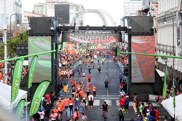 La Avenida Segunda fue la protagonista de la salida y llegada de los atletas en la Maratón de San José. Fotografía Marcela Bertozzi/Agencia Ojo por Ojo
