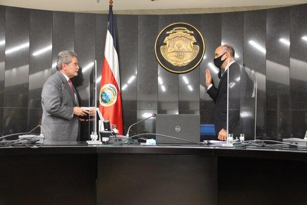 El presidente de la Corte, Fernando Cruz, izq., procedió a la juramentación de Max Esquivel después de realizada la votación. Foto cortesía de prensa de la Corte