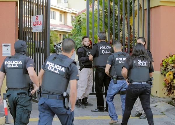 Oficiales del SERT y del OIJ allanaron la casa de un hombre de apellidos Barrantes Marín quién es sospechoso de liderar una banda que trasegaba con cocaína desde Colombia hacia Estados Unidos, Inglaterra y España. Foto: Albert Marín.