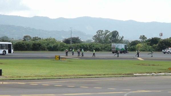 Operaciones de limpieza de la pista de aterrizaje del aeropuerto, cerrado por protocolo ante caída de ceniza.