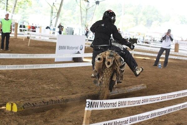 Una de las pruebas más fue pasar un tronco con una rueda de un lado y otra del otro. Gómez fue uno de los dos que lo lograron. | FOTO MBW MOTORRADE