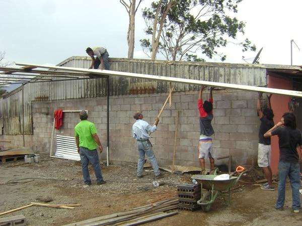 Peones y vecinos de la comunidad Caro Quintero, en Alajuela, trabajan en reconstruir las casas de unas 30 familias. | SHIRLEY VÁSQUEZ
