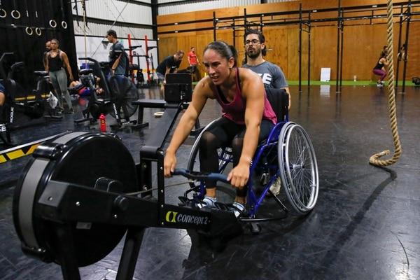 Amalia Ortuño es la Campeona Mundial de CrossFit Adaptado. Ella entrena seis veces a la semana supervisada por Arana. En la imagen en una sesión de entrenamiento cardiovascular. Fotografía: Mayela López.