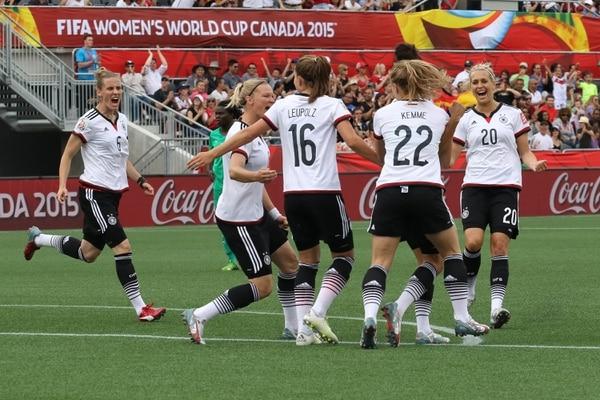 Simone Laudehr (6), Alexandra Popp (18), Melanie Leupolz (16), Tabea Kemme (22) y Lena Goessling (20) celebran el primer gol de Alemania.