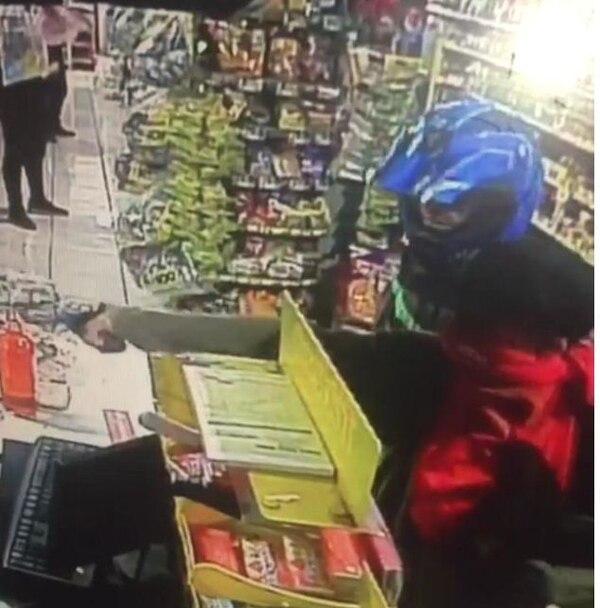 Una cámara de seguridad captó el momento en que los dos sujetos amenazaban a un empleado para obligarlo a entregar el dinero de la caja. Foto suministrada por Reiner Montero