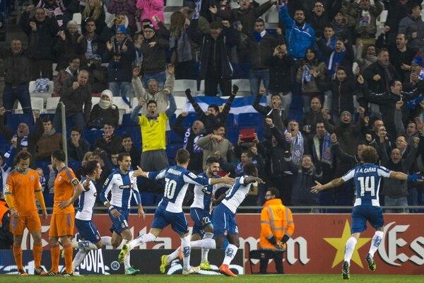 Los jugadores del Espanyol festejan uno de sus goles frente al Valencia.