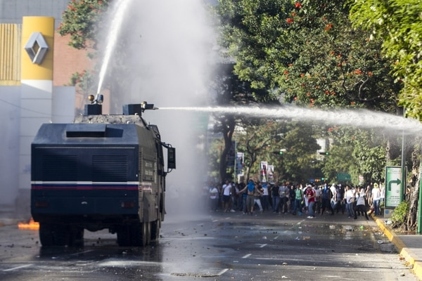 Miembros de la Policía Nacional Bolivariana (PNB) enfrentaron a manifestantes este sábado en la Plaza Altamira, en Caracas.