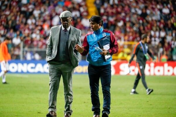 El técnico Carlos Watson (izquierda) junto a su asistente Vladimir Quesada (derecha). Fotografía José Cordero