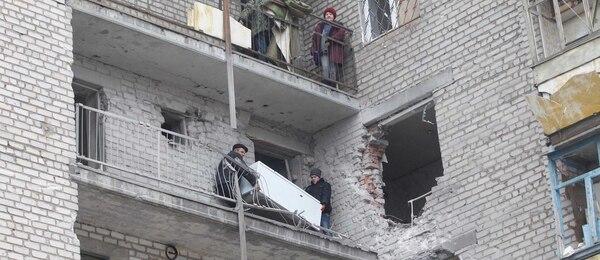 Un edificio de apartamentos en la ciudad ucraniana de Svitlodarsk muestra las