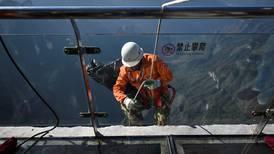 'Basureros Spiderman': los hombres que limpian los acantilados de China
