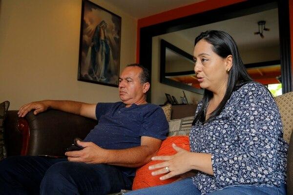 Ivannia Vallejo y Douglas Fernández perdieron a su hija Andrea, de 20 años, quien fue aparentemente asesinada por su esposo. Fotografía: Mayela López