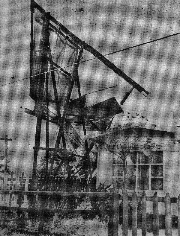 Así quedó el rótulo luego de que fuera derribado por el viento. Foto: Archivo LN.