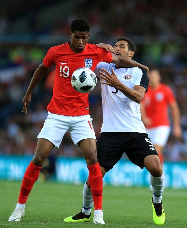 Marcus Rashford cubre la pelota, mientras es presionado por Celso Borges. Fotografía: AP