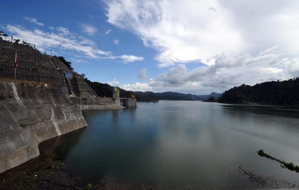 La planta Reventazón, en Siquirres de Limón, fue inaugurada en setiembre pasado. Es la hidroeléctrica más grande de Centroamérica, tiene una presa de 130 metros de altura y un espejo de agua de 7 km²   ALONSO TENORIO
