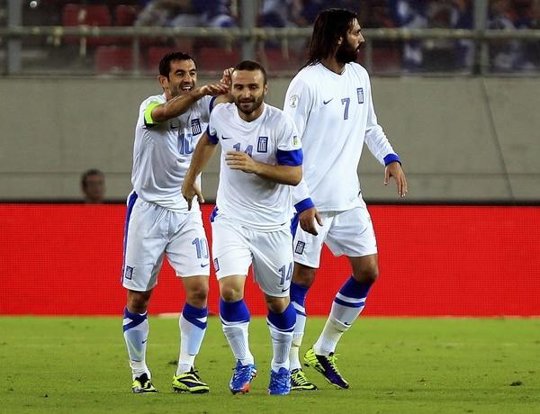 Dimitris Salpingidis (10) y Georgios Karagounis (14) anotaron para Grecia.