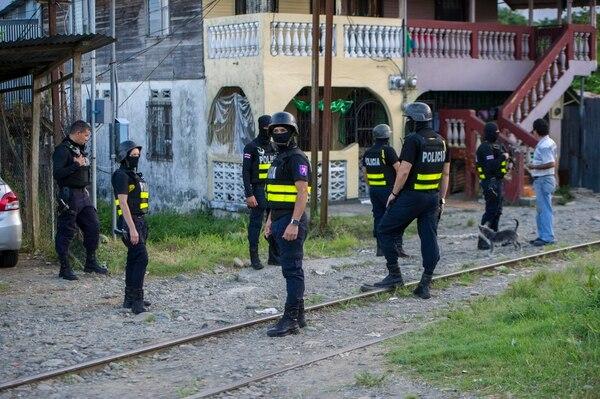 Oficiales de la Fuerza Pública entraron fuertemente armados en lugares conflictos en Cieneguita, Limón.
