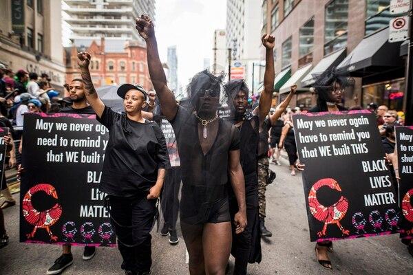 En Canadá, Ontario miembros de Blacks Lives Matter marcharon durante el 'Pride parade'.