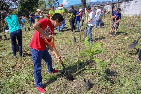 400 árboles fueron sembrados en la cuenca del río María Aguilar, durante la celebración del Día del Árbol. Foto: Twitter de la Municipalidad de San José