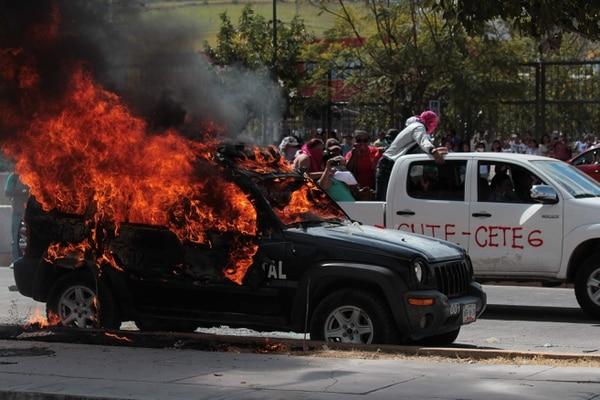 Unos 100 integrantes de la Coordinadora Estatal de Trabajadores de la Educación de Guerrero (Ceteg) protestaron este viernes, frente a la sede del Congreso del estado de Guerrero, en la ciudad mexicana de Chilpancingo como parte de las protestas por la desaparición de 43 estudiantes.