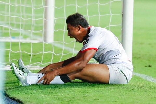 José Guillermo Ortiz, ariete de Alajuelense, mostró toda su frustración, luego de fallar una oportunidad clara ayer en el minuto 13 del juego cuando aún estaban 0 a 0. El duelo finalizó 2 a 1 a favor de la S. | LUIS NAVARRO