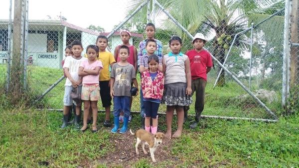 Estos son los niños que esperaban por un maestro para iniciar el curso en el 2017 en la Escuela de Chorreras, en Cutris.