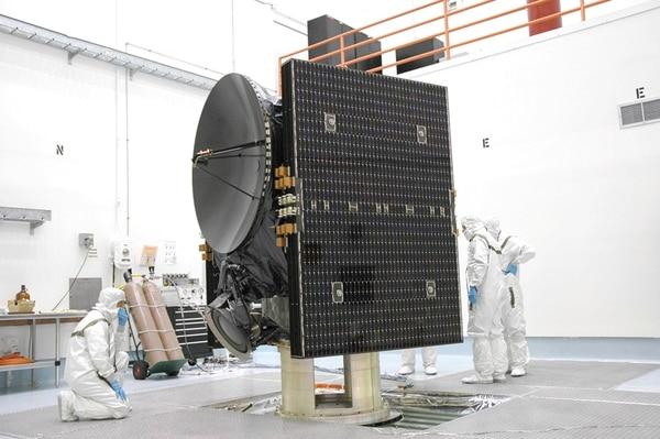Con los paneles solares plegados, la sonda Dawn mide 2,36 metros.   CORTESÍA DE NASA