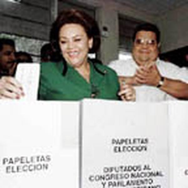 La candidata nacionalista, Nora Gunera de Melgar, deposita su voto en Tegucigalpa.