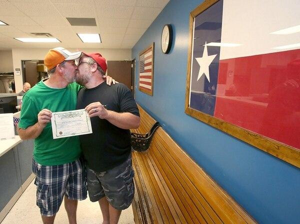 Michael Crow y Robert Woodcock se casaron en Texas.   AP
