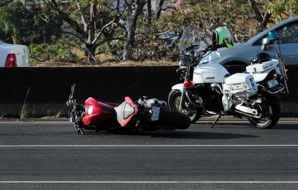 Un hombre murió el pasado 29 de marzo, luego de que la motocicleta que conducía derrapara e impactara la barrera divisoria de la carretera de Circunvalación, cerca del Monumento del Agua. Fotografía: Alonso Tenorio.