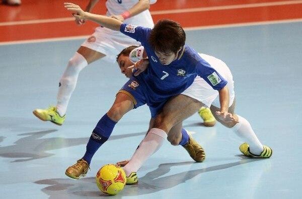 El seleccionado Michael Cordoba en plena lucha con el tailandés Kritsada Wongkaeo, en el juego del jueves pasado que perdió la Tricolor. | AFP