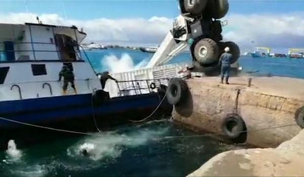 El incidente provocó que una barcaza se hundiera con 600 galones de combustible diésel. Foto: AFP/Gobierno de Ecuador