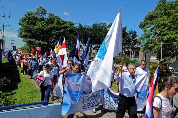 Ayer, empleados de los 45 Ebáis y otros sindicatos bloquearon calles alrededor de la UCR. El movimiento no tuvo la afluencia esperada.   MAYELA LÓPEZ
