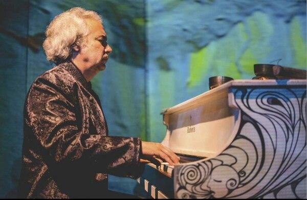 Natural. Obregón llevó su piano a Monteverde.