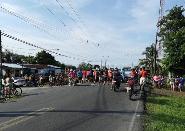 Decenas de personas (muchas sin mascarilla) se agolparon para observar la escena de la tragedia de este lunes. Foto: Reiner Montero