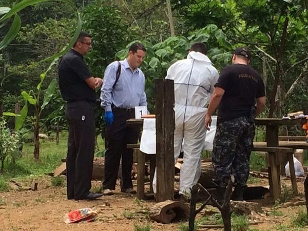 Agente de la Policía Judicial tenían en una mesa el rifle calibre 22, que fue localizado en una zona montañosa. El cuerpo de la niña estaba dentro de la vivienda.   ALEJANDRO NERDRICK