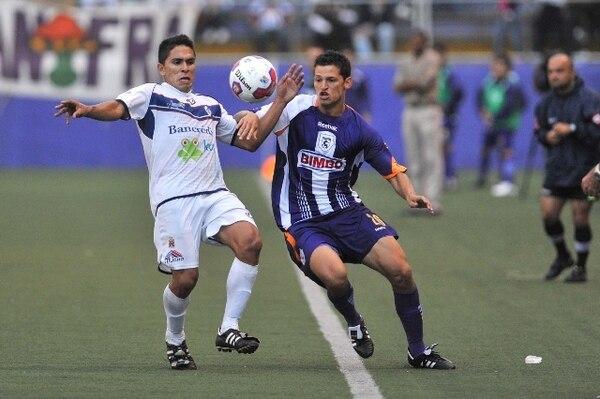 Daniel Colindres (derecha) jugó con Saprissa 105 minutos en cuatro partidos del pasado Campeonato de Verano; aportó una asistencia de gol. Aquí disputa la pelota contra el cartaginés Eduardo Valverde. Archivo